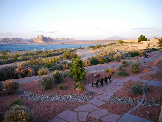 Lake Powell Resort : Plenty of places to sit and relax in the grounds