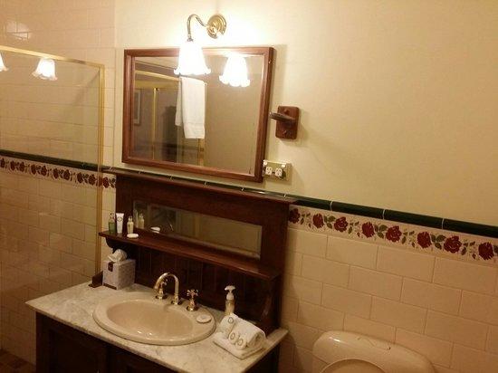 Victoria House Motor Inn: Bathroom...cosy & big