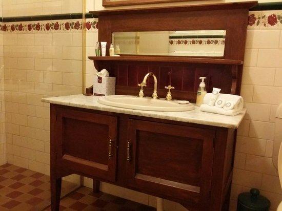 Victoria House Motor Inn: Love the antique sink!