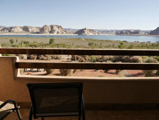 Lake Powell Resort : Balconies and courtyards come complete with seating and table