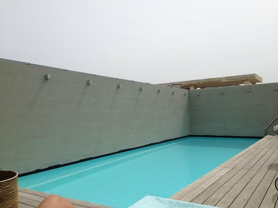 Fresh Hotel: Roof top pool (nice but very cold)