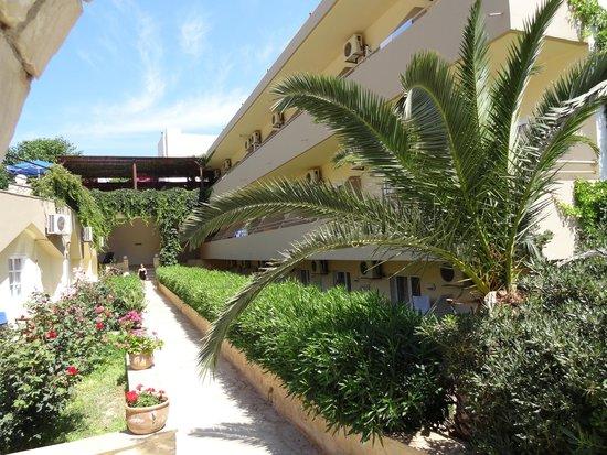 Atali Village: Entrée à l'hôtel