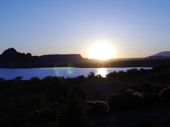Lake Powell Resort : Spectacular sunrises from the balcony