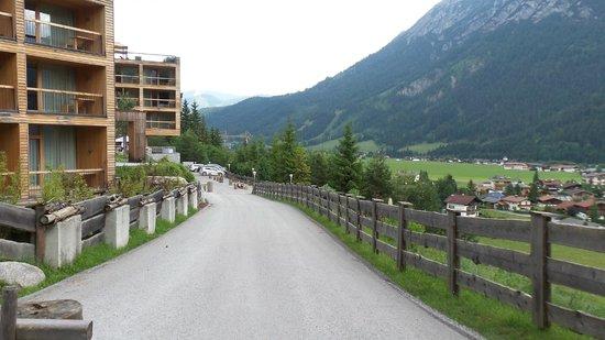 Das Kronthaler: Pathway from hotel