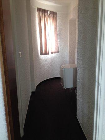 Auberge de la Calanque : couloir de la chambre avec frigo