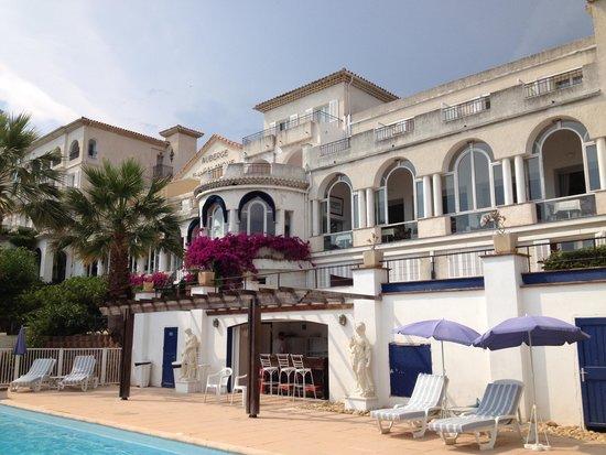 Auberge de la Calanque : facade arrière de l'hotel vue de la piscine