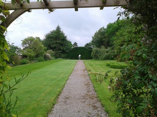 Temple Sowerby House Hotel : The extended garden view