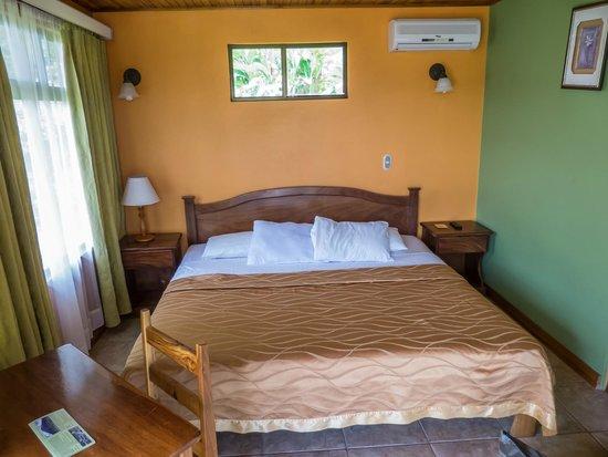 Hotel Miradas Arenal: cama grande