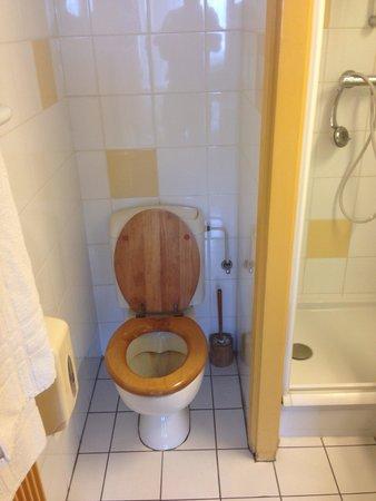 Hotel Savoie: Attention à ne pas être trop gros ni trop pointilleux sur la propreté des toilettes.