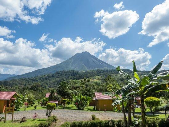 Hotel Miradas Arenal: vista hacia el volcán