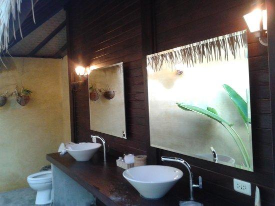 Mali Resort Pattaya Beach Koh Lipe: Outdoor washroom