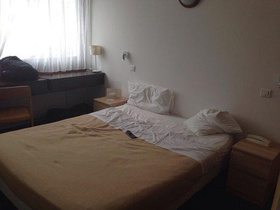 Savoie Hotel : Une chambre quelconque avec peu de place