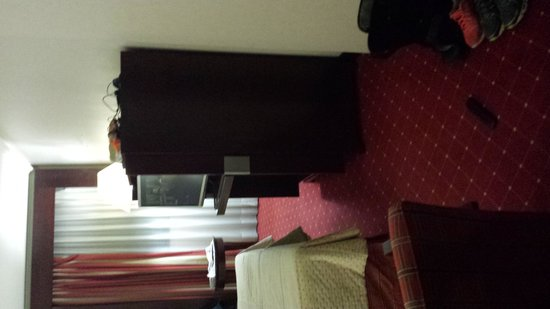 Sevilla Center Hotel : the bed next to the entertainment center