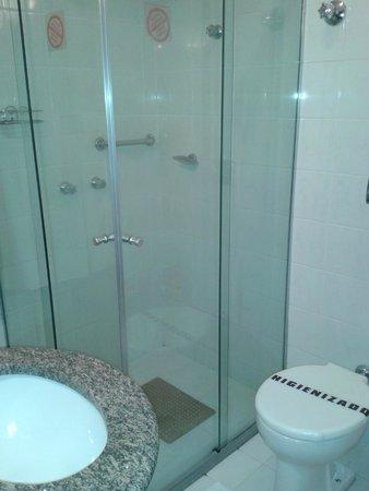 Premium Vila Velha Hotel: Banheiro funcional, bom chuveiro, box de vidro