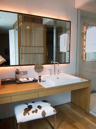 Maduzi Hotel: Vanity area & entrance to bathroom/wardrobe