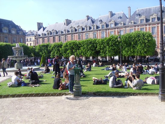Place des Vosges: Sunny day in the square