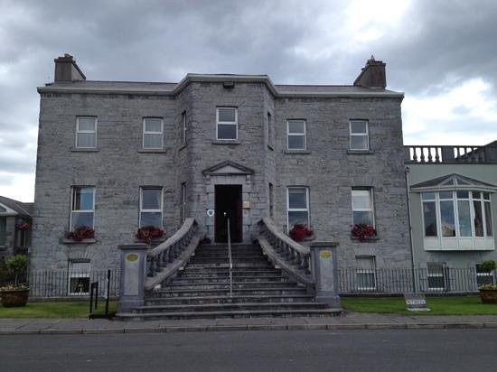 Glenlo Abbey Hotel: Front view of Glenlo Abbey
