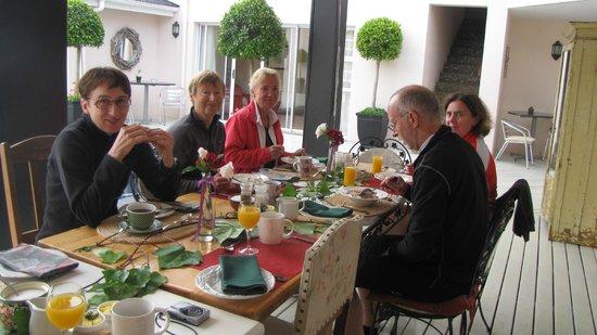 Acorn Guest House: Breakfast on deck
