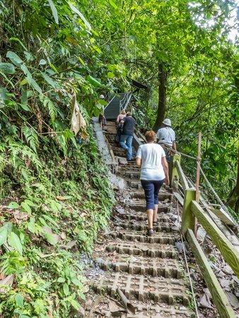 Catarata La Fortuna: más escaleras