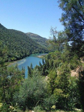 Bine el Ouidane, Marruecos: la vue sur le lac Bin El Ouidane depuis le jardin de l'eau vive