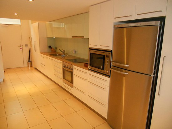 Sullivans Cove Apartments: Spacious kitchen