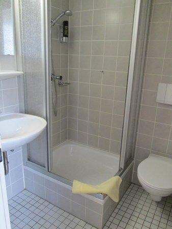 Du & Ich Harzhotel Guentersberge: Kleines Badezimmer