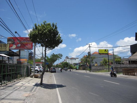 Fontana Hotel Bali: main road in front of the hotel