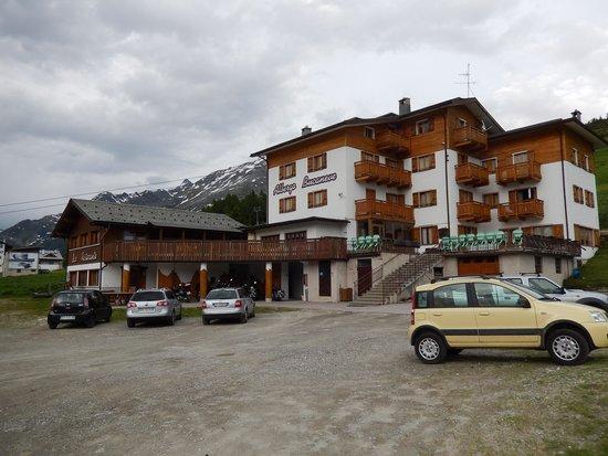 Albergo Bar Ristorante Bucaneve: Hauptansicht Mit Eingang und Terrasse