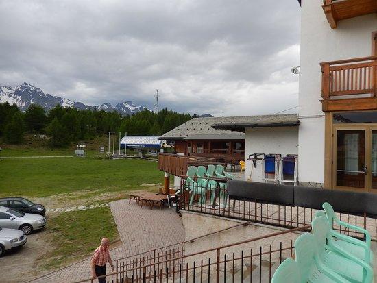 Albergo Bar Ristorante Bucaneve: Blick von der Terrasse in Richtung Sessellift