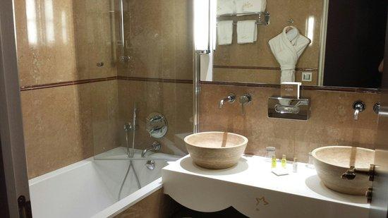 Hôtel Princesse Flore : Salle de bain chambre 404