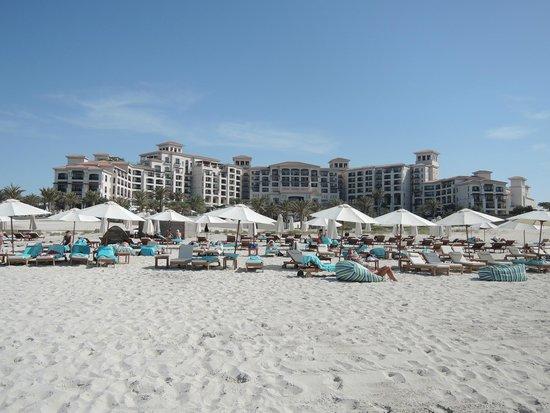 The St. Regis Saadiyat Island Resort: Blick vom Strand auf Hotel