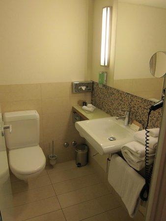 Mövenpick Hotel Zürich-Regensdorf: Bathroom