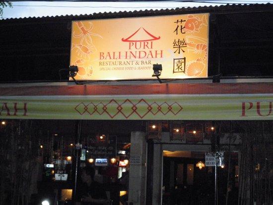 Restaurant Puri Bali Indah: メラスティ通りのレギャンビーチホテルの真向かいです
