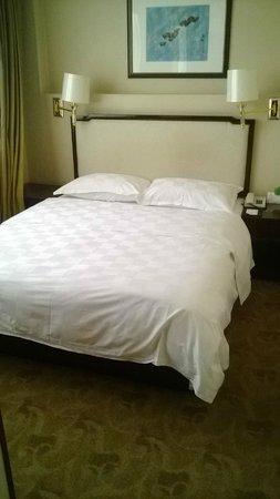 Bell Tower Hotel : Cama king size, excelente calidad del sueño