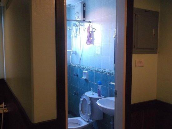 Alu Hotel: Room 404 bathroom