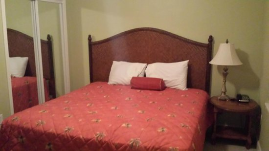 Tidewater Beach Resort: Nice clean bedroom with queen size comfy bed.