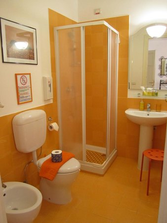 2 Passi al Colosseo B&B: Mandarino bathroom