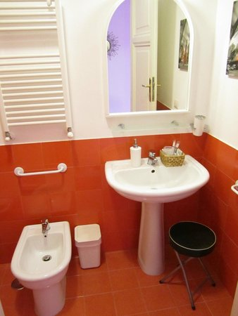 2 Passi al Colosseo B&B: Corallo bathroom