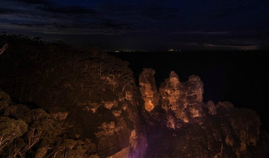 Echo Point Lookout: the three sisters at night