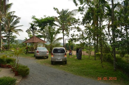 Wayanad Nature Resorts: Car Park and Play area.. the small hut is a place to relax