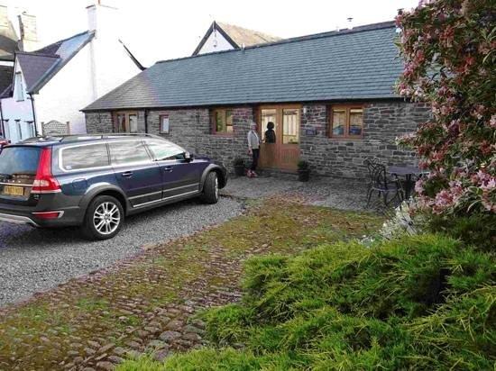 Ty Newydd B&B: jen outside Dragonfly cottage, Ty Newydd, Brecon