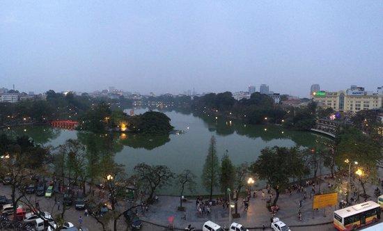 Hanoi Pearl Hotel : Ресторан на крыше (у озера)
