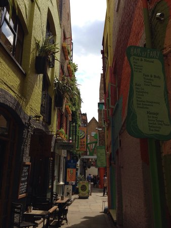 Neal's Yard: Entering in the courtyard