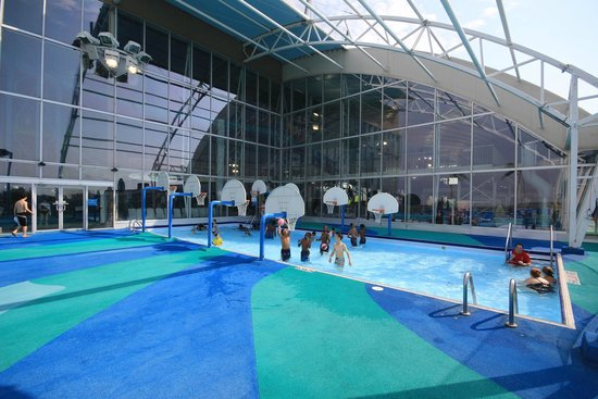 Fallsview Indoor Waterpark: Outdoor pool