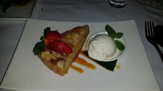 Watergate Restaurant & Lounge Bar : Almond tort with vanilla ice cream