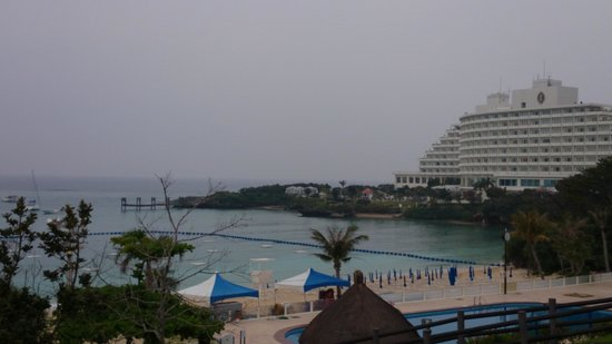 ANA InterContinental Manza Beach Resort: ビーチ方向から見たホテル