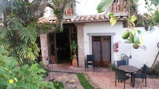 Posada Casa Sol: Patio / habitaciones