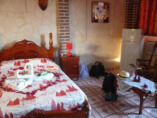 Casa Colonial Yadilis y Joel: wonderful engagement-decoration in the bedroom