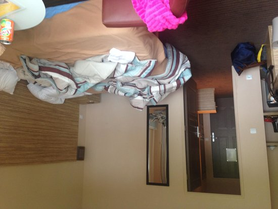 Hotel Prestige Odalys Erromardie: chambre vue miroir plus telephone
