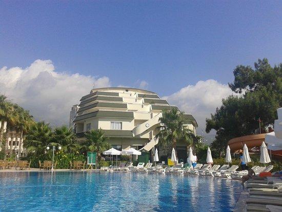 Queen's Park Resort: Вид от бассейна